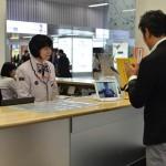 福岡市観光案内所・このように遠隔通訳端末により手話で対応いたします