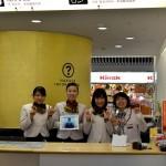 福岡市観光案内所・手話通話サービスの看板とスタッフの方の笑顔が目印です